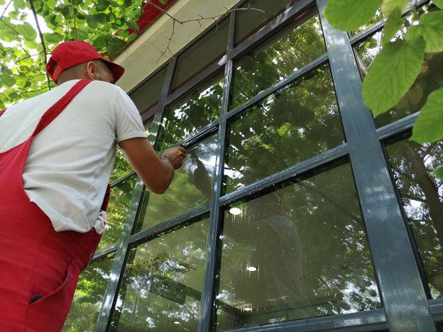Почистване на дограма и прозорци